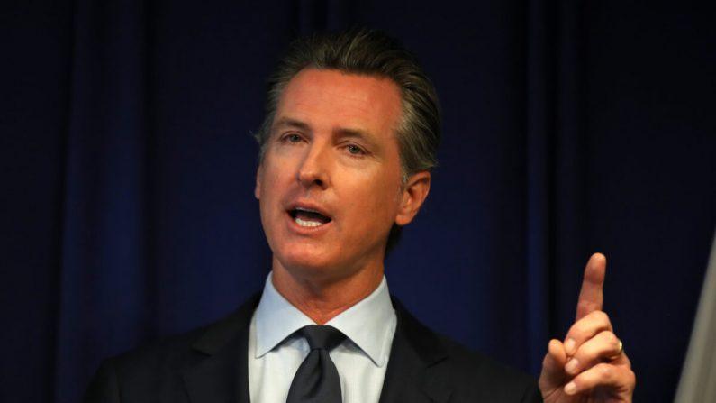 El gobernador de California Gavin Newsom habla durante una conferencia de prensa en el departamento de justicia de California en Sacramento, California, el 18 de septiembre de 2019. (Justin Sullivan/Getty Images)