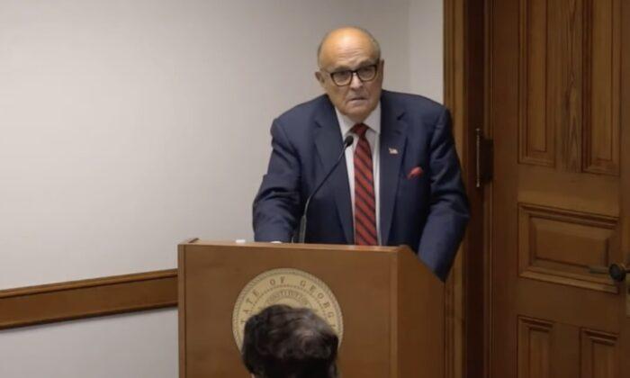 El abogado y exalcalde de la ciudad de Nueva York, Rudy Giuliani, testifica ante la audiencia del subcomité del Senado de Georgia sobre temas electorales en el capitolio estatal de Atlanta el 30 de diciembre de 2020. (Captura de pantalla)