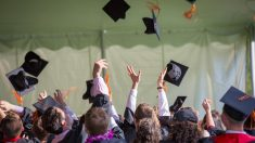 Papá logra graduarse de la universidad junto a su hijo autista y van por más
