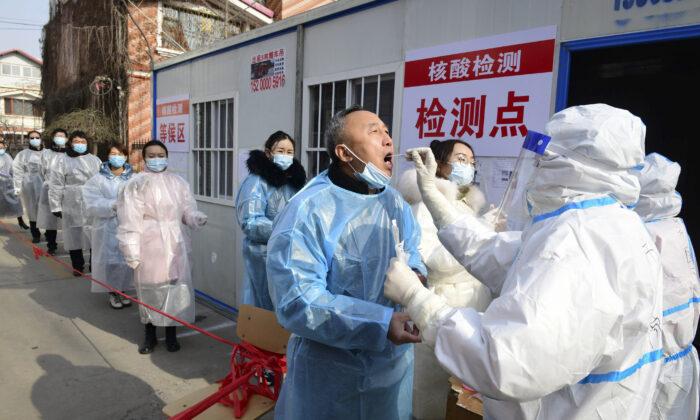 Residentes de Shijiazhuang se someten a pruebas de Covid-19 en un centro de pruebas improvisado dentro de un complejo residencial, en la provincia norteña de Hebei, el 16 de enero de 2021. (STR/CNS/AFP a través de Getty Images)