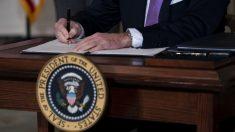 Biden imita la manera como Trump abordó la crisis de COVID-19, pero agrega burocracia