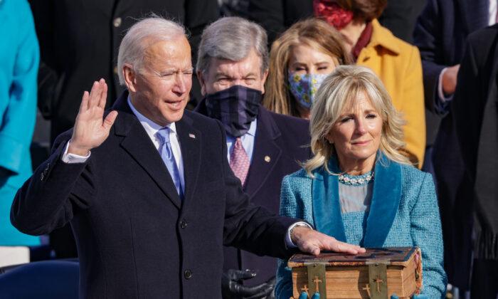 Joe Biden presta juramento como presidente de los EE. UU. durante su toma de posesión en el Frente Oeste del Capitolio de los EE. UU. el 20 de enero de 2021. (Alex Wong/Getty Images)