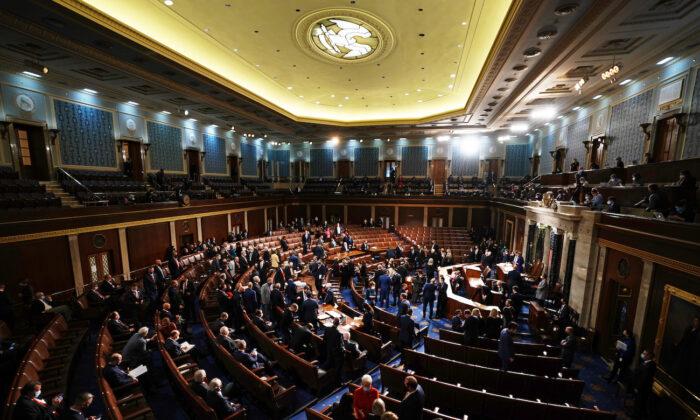 El vicepresidente de Estados Unidos, Mike Pence, preside la certificación de los votos del Colegio Electoral durante una sesión conjunta del Congreso de Estados Unidos en Washington el 6 de enero de 2021. (Kevin Dietsch/POOL/AFP vía Getty Images)