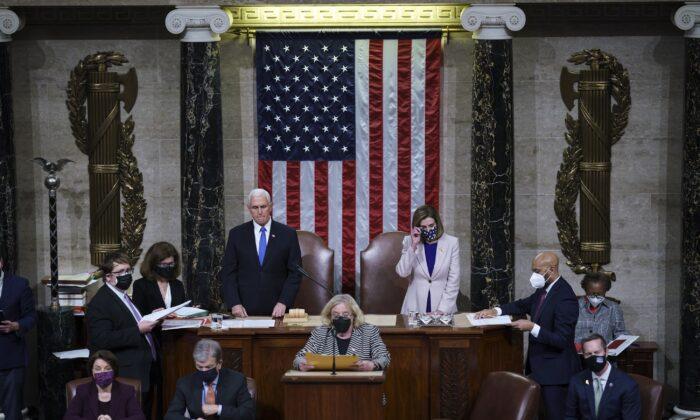 El vicepresidente Mike Pence y la presidenta de la Cámara de Representantes, Nancy Pelosi (D-Calif.) se preparan para concluir una sesión conjunta del Congreso, en Washington, el 7 de enero de 2021. (J. Scott Applewhite/Pool/Getty Images)