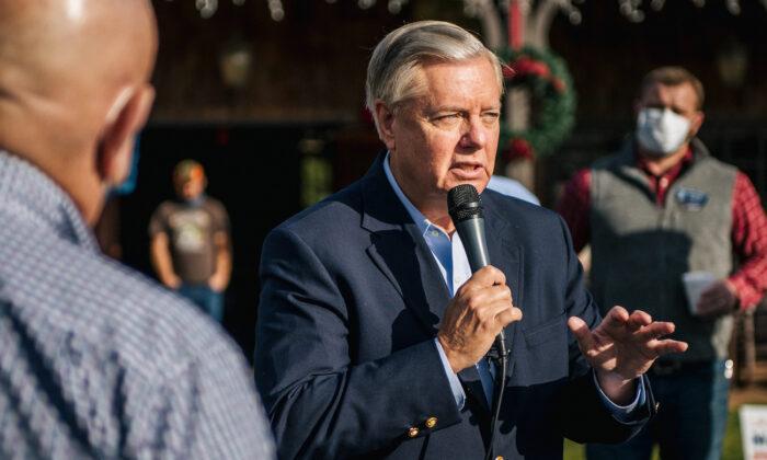 El senador Lindsey Graham (R-S.C.) en un rally de ''Win Georgia'' en Dillard, Georgia, el 31 de diciembre de 2020. (Brandon Bell/Getty Images)