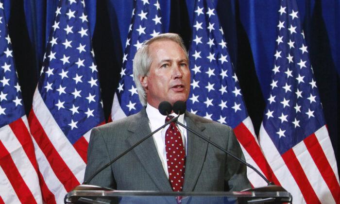 Lin Wood habla en una conferencia de prensa en Scottsdale, Arizona, el 8 de noviembre de 2011. (Eric Thayer/Getty Images)