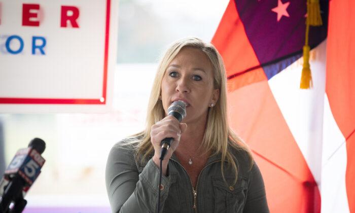 La entonces candidata republicana a la Cámara de Representantes de Georgia, Marjorie Taylor Greene, habla durante una rueda de prensa en Dallas, Georgia, el 15 de octubre de 2020. (Dustin Chambers/Getty Images)
