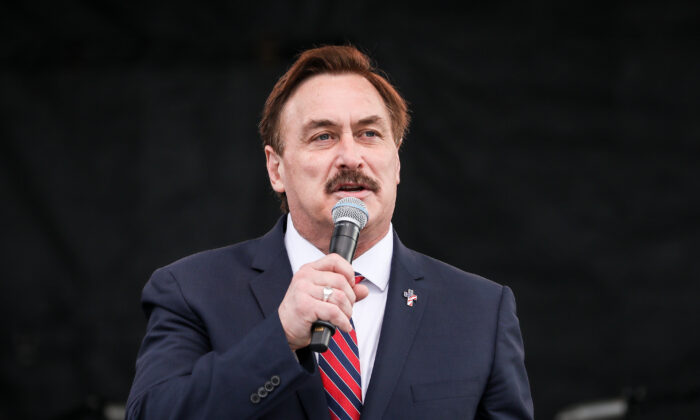 Mike Lindell, CEO de MyPillow, habla durante un mitin en National Mall, en Washington, el 12 de diciembre de 2020. (Samira Bouaou/The Epoch Times)