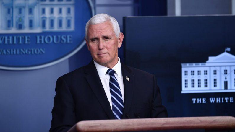 El vicepresidente Mike Pence habla durante una reunión de prensa del Grupo de Trabajo sobre Coronavirus de la Casa Blanca en la sala de reuniones James S. Brady de la Casa Blanca el 19 de noviembre de 2020. (Brendan Smialowski/AFP vía Getty Images)