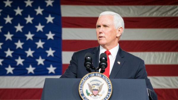 El vicepresidente de Estados Unidos, Mike Pence, habla durante una visita a la iglesia de Rock Springs para hacer campaña a favor de los candidatos republicanos al Senado en Milner, Georgia, el 4 de enero de 2021. (Megan Varner/Getty Images)