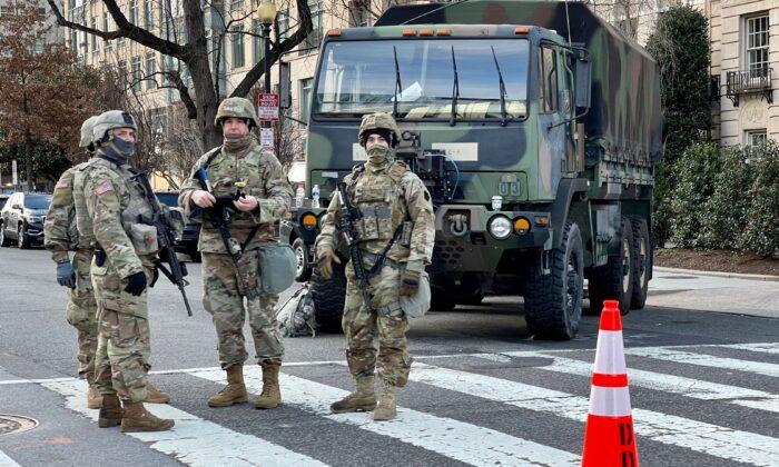 Las tropas de la Guardia Nacional montan guardia, en Washington, el 19 de enero de 2021. (Daniel Slim/AFP a través de Getty Images)