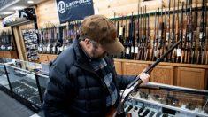 """Gobernador de Ohio firma ley sobre armas de fuego """"Mantente firme"""""""