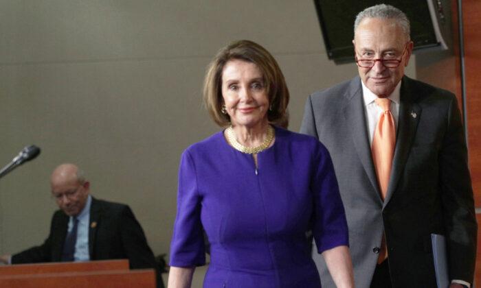 La presidenta de la Cámara de Representantes, Nancy Pelosi (D-Calif.), y el líder de la minoría del Senado, Chuck Schumer (D-N.Y.), llegan a una conferencia de prensa en Washington, el 22 de mayo de 2019. (Alex Wong/Getty Images)