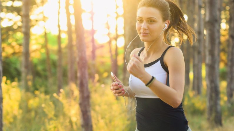 Puede que la música clásica no tenga los ritmos intensos que la mayoría de la gente considera esenciales en una lista de reproducción para hacer ejercicio, pero tiene lo que necesitas para distraer su mente del dolor. Imagen ilustrativa. (Pixabay)
