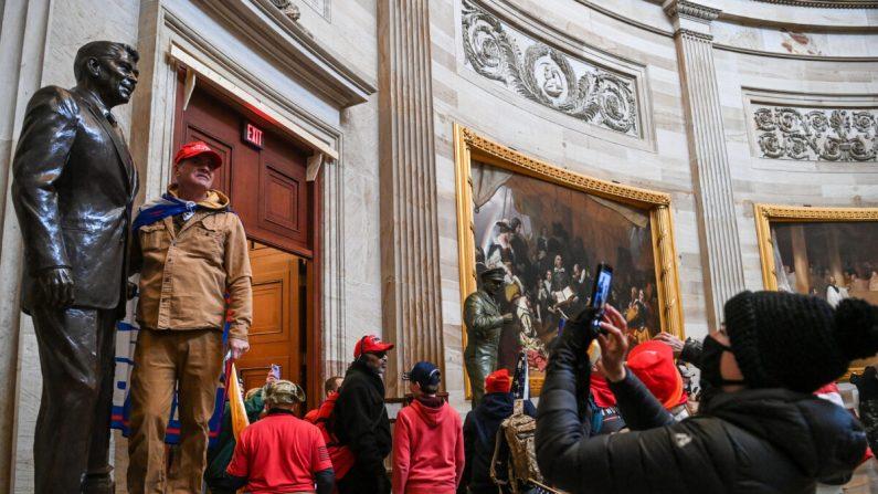 Un grupo de manifestantes ingresa a la Rotonda del Capitolio de Estados Unidos, en Washington, el 6 de enero de 2021. (Saul Loeb/AFP a través de Getty Images)