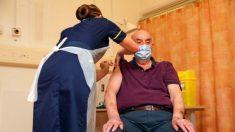 Hombre británico de 82 años es la primera persona en el mundo en recibir la vacuna Oxford/AstraZeneca