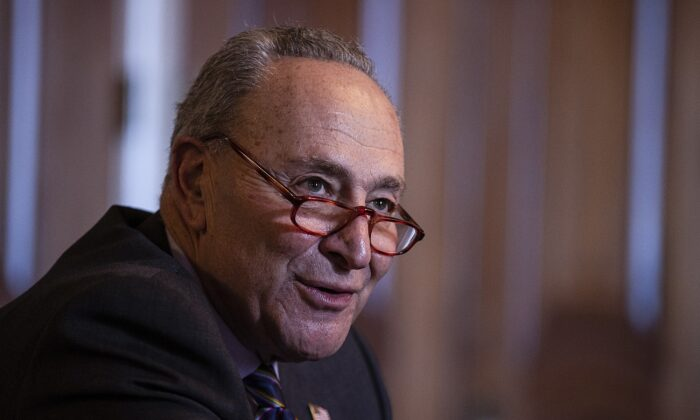 El líder de la Minoría del Senado Chuck Schumer (D-N.Y.) habla en Washington el 17 de diciembre de 2020. (Tasos Katopodis/Getty Images)