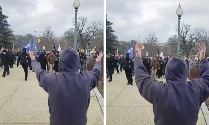 Un individuo no identificado dirige a los manifestantes a través de barricadas abiertas hacia el Capitolio, mientras la policía se retira, en Washington, el 6 de enero de 2021. (Captura de pantalla del video de Unjungbits ONLY)