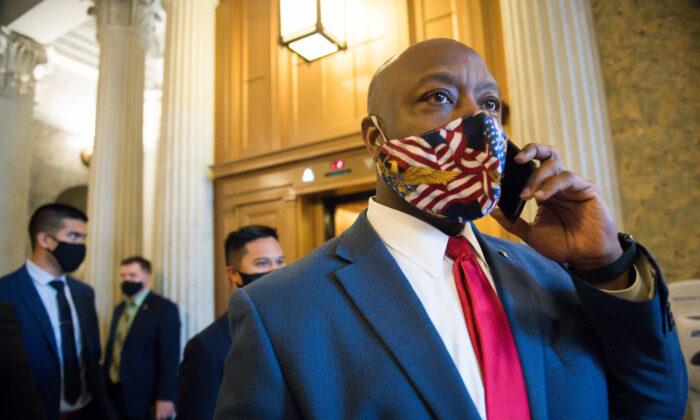 El senador Tim Scott (R-S.C.) abandona el hemiciclo del Senado de los EE. UU. en Washington el 1 de enero de 2020. (Liz Lynch/Getty Images)