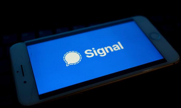 El logo del servicio de mensajería Signal se visualiza en un celular. (Edward Smith/Getty Images)