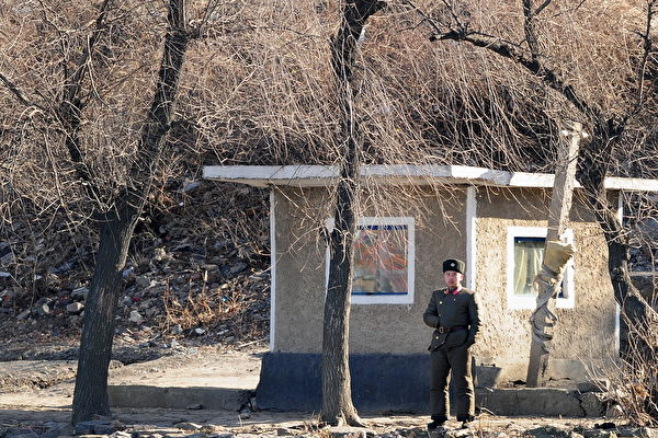 Un soldado norcoreano en Siniuju patrulla la costa de la frontera del río Yalu frente a Dandong en la provincia de Liaoning, en el noreste de China, el 25 de noviembre de 2010. (Frederic Brown/AFP/Getty Images)
