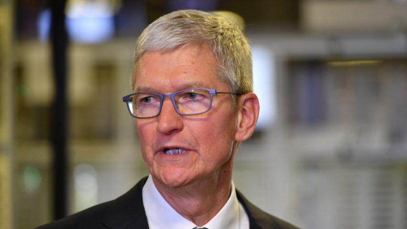 El CEO de Apple, Tim Cook, habla durante un recorrido por las instalaciones de fabricación de computadoras Flextronics en Austin, Texas, el 20 de noviembre de 2019. (Mandel Ngan/AFP vía Getty Images)