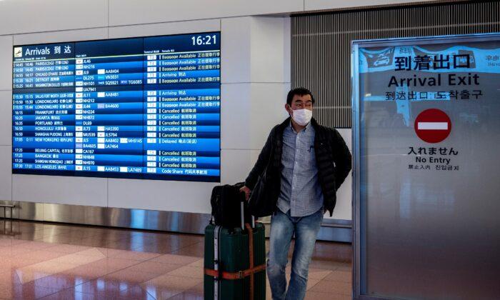 Un viajero sale del área de llegadas del aeropuerto Haneda de Tokio, el 27 de diciembre de 2020. (Philip Fong/AFP a través de Getty Images)