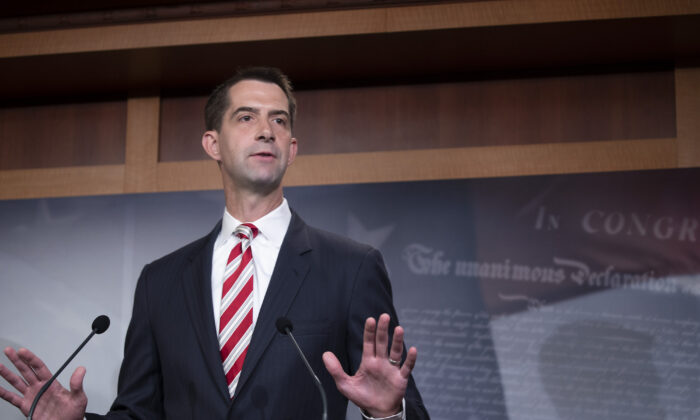 El senador Tom Cotton (R-Ark.) asiste a una conferencia de prensa en Washington el 1 de julio de 2020. (Tasos Katopodis/Getty Images)