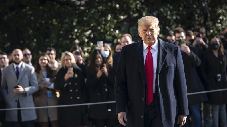 El presidente Donald Trump con los periodistas cuando sale de la Casa Blanca para caminar hacia Marine One en el jardín sur de Washington, el 12 de enero de 2021. (Drew Angerer/Getty Images)