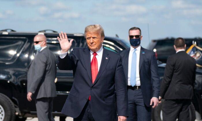 El presidente de Estados Unidos, Donald Trump, termina su mandato y saluda tras aterrizar en el Aeropuerto Internacional de Palm Beach en West Palm Beach, Florida, el 20 de enero de 2021. (Alex Edelman/AFP vía Getty Images)