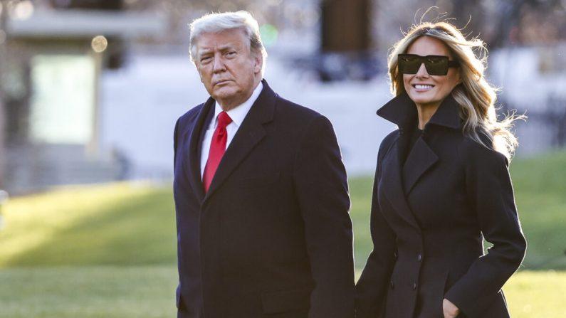 El presidente Donald Trump y la primera dama Melania Trump caminan por el Jardín Sur de la Casa Blanca en Washington el 23 de diciembre de 2020. (Tasos Katopodis/Getty Images)