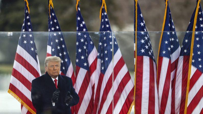 """El presidente Donald Trump saluda a la multitud en el mitin """"Stop The Steal"""" en Washington, el 6 de enero de 2021. (Tasos Katopodis/Getty Images)"""