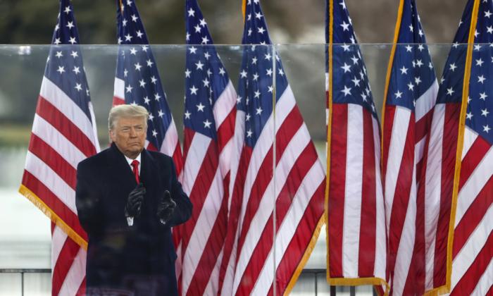 """El presidente Donald Trump saluda a la multitud en el rally """"Stop The Steal"""", el 6 de enero de 2021, en Washington. (Tasos Katopodis/Getty Images)"""