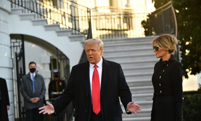 El presidente Donald Trump y la primera dama, Melania Trump, hablan con los medios de comunicación antes de partir de Washington hacia Florida, frente a la Casa Blanca, el 20 de enero de 2021. (Mandel Ngan/AFP a través de Getty Images)
