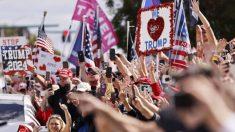 Trump es aclamado por cientos de seguidores a su llegada a Florida