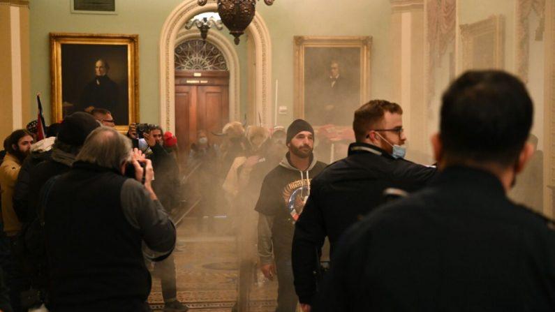 Un grupo de manifestantes entra en el Capitolio de EE. UU. en Washington el 6 de enero de 2021. (Saul Loeb/AFP a través de Getty Images)