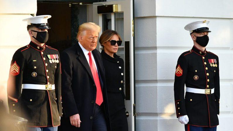 El presidente Donald Trump y la primera dama Melania suben a bordo del Marine One antes de partir desde el jardín sur de la Casa Blanca en Washington el 20 de enero de 2021. (Mandel Ngan/AFP a través de Getty Images)