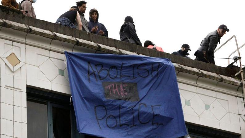 """Una pancarta que dice """"abolir la policía"""" cuelga de un edificio en un área llamada Zona Autónoma de Capitol Hill en Seattle, Washington, el 12 de junio de 2020. (Jason Redmond / AFP a través de Getty Images)"""
