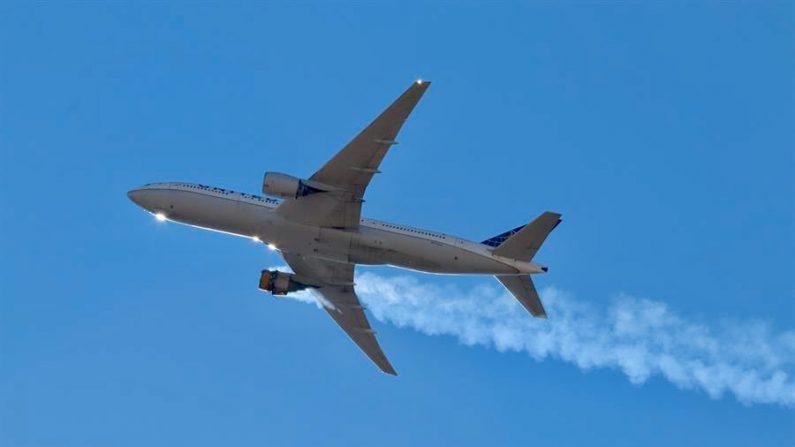 Una foto proporcionada por el usuario de Instagram Hayden Smith (speedbird5280) muestra el vuelo 328 de United Airlines (Boeing 777-200, número de cola N772UA) con un motor en llamas, cerca de Denver, Colorado, EE. UU. el 20 de febrero de 2021. (EFE/EPA/Hayden Smith)