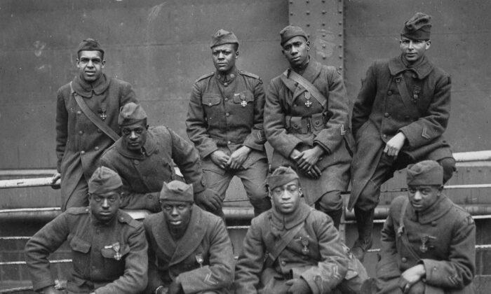Algunos de los soldados del 369º Regimiento de Infantería (conocido como el 15º Regimiento de la Guardia Nacional de Nueva York) que recibieron la Croix de Guerre francesa por su valentía en acción, 1919. (De izquierda a derecha) Primera fila: Pvt. Ed Williams, Herbert Taylor, Pvt. Leon Fraitor, Pvt. Ralph Hawkins. Fila posterior: Sgto. H. D. Prinas, Sgto. Dan Storms, Pvt. Joe Williams, Pvt. Alfred Hanley, Cpl. T. W. Taylor. (Dominio público)