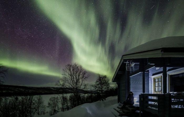 Observando las luces desde las escaleras de la cabaña. (Fotografía de Rayann Elzein)