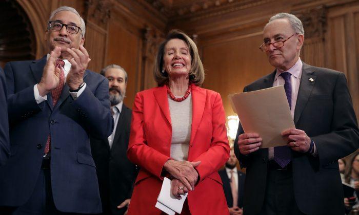 (De i a dcha.) El presidente del Comité de Educación y Trabajo de la Cámara de Representantes, Bobby Scott (D-Va.), la presidenta de la Cámara de Representantes, Nancy Pelosi (D-Calif.), y el entonces líder de la Minoría del Senado, Charles Schumer (D-N.Y.), asisten al acto de presentación de la Ley de Aumento del Salario en la Sala Rayburn del Capitolio de EE. UU. el 16 de enero de 2019. (Chip Somodevilla/Getty Images)
