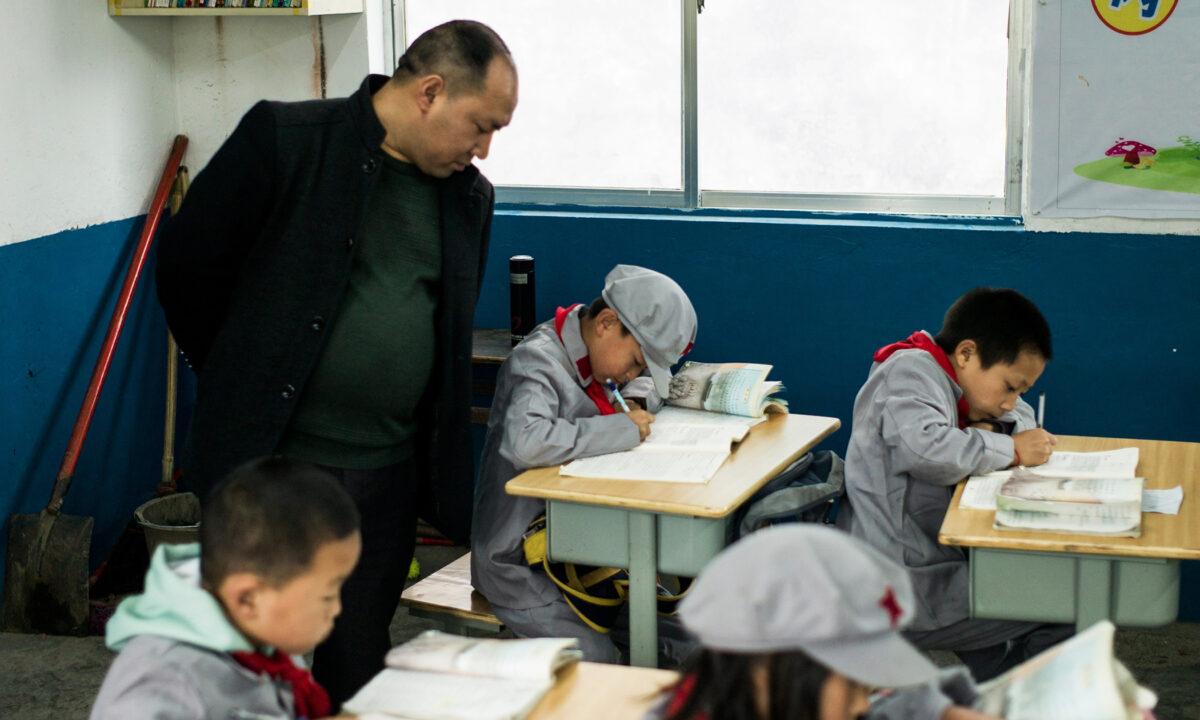Estudiantes chinos sufren lavado de cerebro para odiar a Dios y hacer que sus padres renuncien a su fe