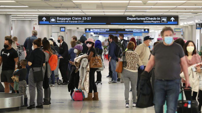 Personas recogen su equipaje tras llegar al Aeropuerto Internacional de Miami en un avión procedente de Nueva York, en Miami, Florida, el 1 de febrero de 2021. (Joe Raedle/Getty Images)