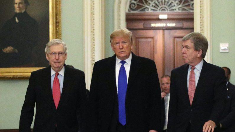 El presidente Donald Trump (C) camina con el entonces líder de la mayoría del Senado, el senador Mitch McConnell (R-Ky.) (L), y el senador Roy Blunt (R-Mo.) (R) mientras llega al Capitolio el 26 de marzo de 2019. (Alex Wong/Getty Images)