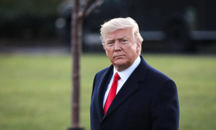 El expresidente de Estados Unidos, Donald Trump, camina por el jardín sur para abordar el Marine One en la Casa Blanca en Washington, el 18 de diciembre de 2019. (Charlotte Cuthbertson/The Epoch Times)