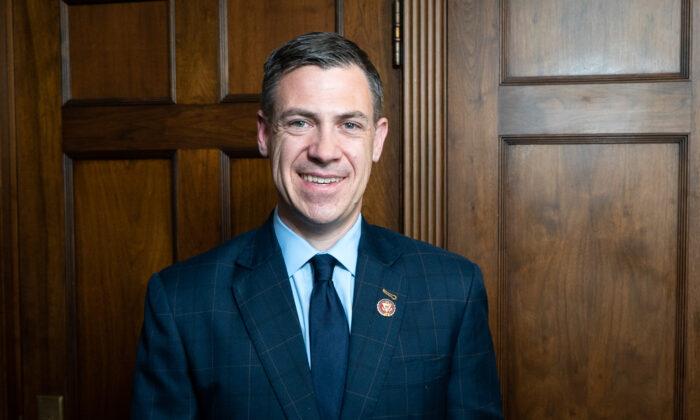 El representante Jim Banks (R-Ind) se encuentra en el Capitolio el 27 de marzo de 2019. (York Du/NTD)