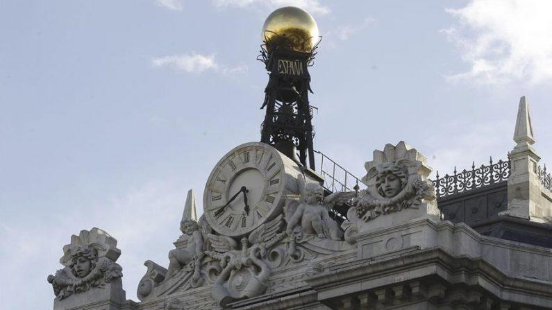 Reloj en la fachada de la sede del Banco de España. EFE/Kiko Huesca/Archivo