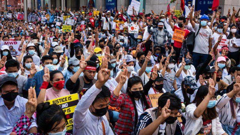 Los manifestantes se reúnen y saludan con tres dedos en la Plaza Sule el 22 de febrero de 2021 en el centro de Rangún, Birmania. (Foto de Hkun Lat / Getty Images)
