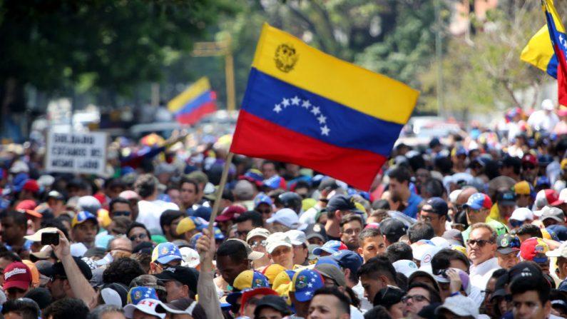 Simpatizantes de Juan Guaidó ondean una bandera de Venezuela durante la manifestación del 1 de mayo en la plaza Altamira el 1 de mayo de 2019 en Caracas, Venezuela. (Edilzon Gamez/Getty Images)